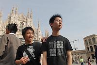 - Milano , giovani cinesi in piazza Duomo
