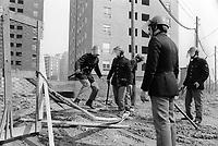 -  sgombero di occupanti abusivi dalle case popolari di viale Ca' Granda, nel quartiere di Affori (Milano, 1976)<br /> <br /> - evacuation of illicit occupants from the popular houses of Ca' Granda avenue, in the Affori neighborhood (Milan, 1976).