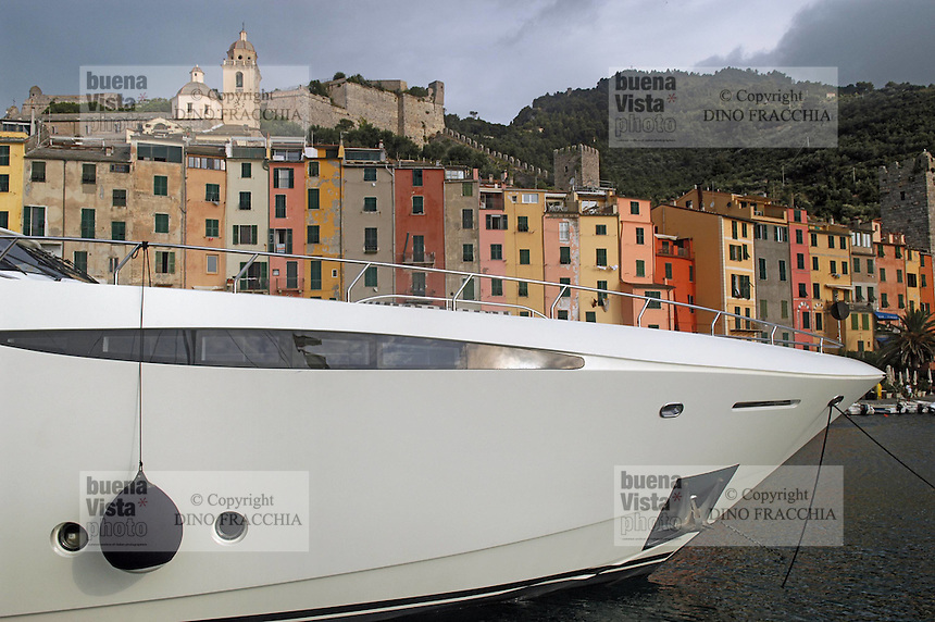 - large yacht in port, houses in background....- grosso yacht in porto, sfondo case