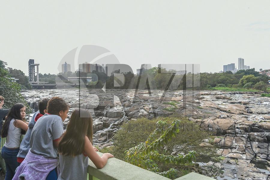 PIRACICABA, SP, 18.08.2015 - RIO-PIRACICABA - O rio de Piracicaba, no interior Paulista, um dos formadores da Bacia do PCJ, composta pelos rios Piracicaba, Capivari e Jundiaí, já está com o nível de vazão baixo e as pedras e o lixo já aparecem nas margens decorrente da chuva que não cai desde Julho. (Foto: Mauricio Bento / Brazil Photo Press)
