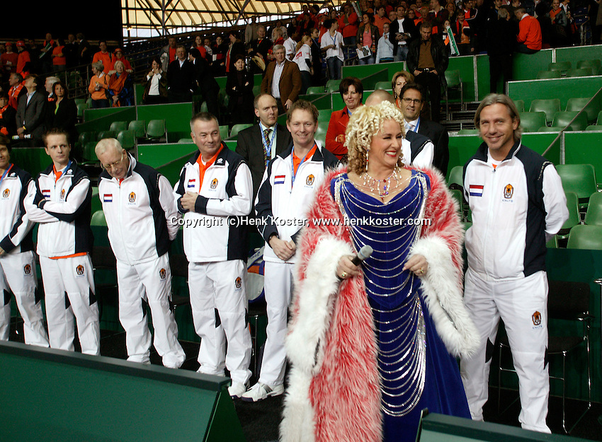 10-2-06, Netherlands, tennis, Amsterdam, Daviscup.Netherlands Russia, Openingsceremony, Dutch entertainer Karin Bloemen goes to the court to sing the national antums, in de bakground the Dutch supporting team