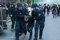 Etwa 6.000 Menschen protestierten am Samstag den 26. April 2014 gegen einen von der Neonazipartei NPD geplanten Aufmarsch durch Kreuzberg. Sie verhinderten mit verschiedenen Blockaden rund um den Auftaktort des NPD-Aufmarsches, dass die ca 70 Neonazis weiter als 150m laufen konnten.<br /> So war nach 3 Minuten Marsch für die NPD Schluss und die Neonazis mussten zum Startpunkt am S-Bahnhof Jannowitzbruecke umdrehen. Auch wenn ueber den NPD-Lautsprecherwagen mehrfach behauptet wurde, die Demonstration sei in Kreuzberg, ist doch richtig, dass die Neonazis sich nur in Berlin-Mitte befanden.<br /> Im Bild: Die Polizei nahm mehrere Personen wegen Landfriedensbruch fest, nachdem Gegenstaende auf die Polizei geworfen wurden.<br /> 26.4.2014, Berlin<br /> Copyright: Christian-Ditsch.de<br /> [Inhaltsveraendernde Manipulation des Fotos nur nach ausdruecklicher Genehmigung des Fotografen. Vereinbarungen ueber Abtretung von Persoenlichkeitsrechten/Model Release der abgebildeten Person/Personen liegen nicht vor. NO MODEL RELEASE! Don't publish without copyright Christian-Ditsch.de, Veroeffentlichung nur mit Fotografennennung, sowie gegen Honorar, MwSt. und Beleg. Konto:, I N G - D i B a, IBAN DE58500105175400192269, BIC INGDDEFFXXX, Kontakt: post@christian-ditsch.de<br /> Urhebervermerk wird gemaess Paragraph 13 UHG verlangt.]
