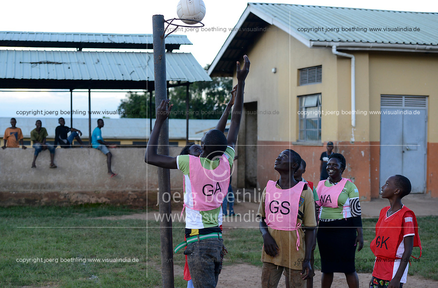 UGANDA, Kampala, Kampiringisa, national rehabilitation center, a juvenile-detention facility for children and young people , playing netball / Jugendhaftanstalt und Rehabilitationszentrum Kampiringisa, Netzball