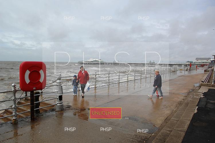 Blackpool 04.07.07..Central promenade