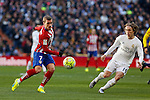 Real Madrid´s Luka Modric (R) and Atletico de Madrid´s Antoine Griezmann during 2015/16 La Liga match between Real Madrid and Atletico de Madrid at Santiago Bernabeu stadium in Madrid, Spain. February 27, 2016. (ALTERPHOTOS/Victor Blanco)