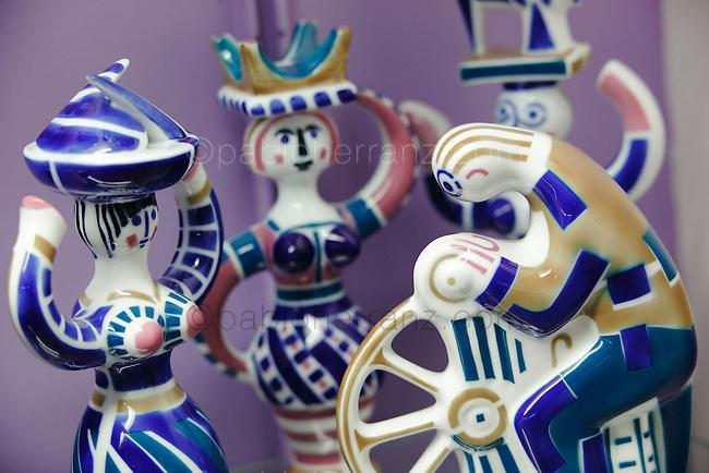 Piezas de ceramica en la fabrica de Sargadelos en Cervo, Lugo.