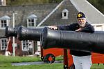 Foto: VidiPhoto<br /> <br /> VEERE – Voor het schieten met de historische kanonnen van de Vereniging Vesting Veere komt de nodige vakmanschap kijken. Daarnaast kost het onderhoud de nodige tijd van de vrijwilligers. De kanonniers kunnen ingehuurd worden bij feeste en partijen om aan het begin van de festiviteiten een schot voor de boeg te kunnen geven. Foto: Sectretaris Peter Maljers van de Vereniging Vesting Veere.