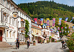 Deutschland, Baden-Wuerttemberg, Mittlerer Schwarzwald, Wolfach im Ortenaukreis: im Kinzigtal gelegen, die Hauptstrasse im Stadtzentrum mit Cafés und Restaurants | Germany, Baden-Wurttemberg, Central Black Forest, Wolfach: town centre with cafés and restaurants
