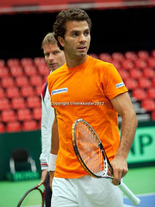 06-02-12, Netherlands,Tennis, Den Bosch, Daviscup Netherlands-Finland, Training, Debutant  Jean-Julian Rojer met Captain Jan Siemerink