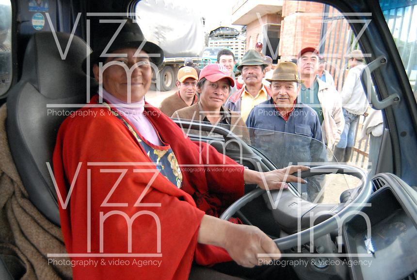 """BOYACA -COLOMBIA- 21-10--2013.  Maria Ines Medina decidio comprar su propio vehiculo para poder transportar la papa que cultiva. """"Hay que aprender a manejar para poder uno defenderse y trabajar muy bien en el campo"""", dice con gallardia. Ella hace dos a–os aprendio a manejar  la 'turbo'.  .  Dignidad papera y agropecuaria', movimiento que lidero el paro agrario nacional en dias pasados, logro que el Gobierno comprara toda la papa de la produccion boyacense, para ubicarla en la poblacion mas vulnerable del pais, especialmente la que esta afectada por algun riesgo climatico, como en las zonas de Choco, San Andres, Magangue, Sincelejo y Florencia.  / Mar'a InŽs Medina decided to buy their own vehicle to transport the potato farming. """"You have to learn to manage to defend yourself and work very well in the field,"""" says gallantly. She learned two years ago to handle the 'turbo'. Mumps and agricultural Dignity ', a movement that led the national agricultural strike in recent days, the government managed to buy all the potato production Boyaca, to place it in the country's most vulnerable population, particularly those who are affected by a climate risk and in areas of Choco, San Andres, Magangue, Sincelejo and Florence. .Photo: VizzorImage / Jose Miguel Palencia  / Stringer"""