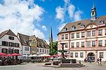 Deutschland, Rheinland-Pfalz, Neustadt an der Weinstrasse: Marktplatz mit Marktbrunnen vor dem Alten Rathaus | Germany, Rhineland-Palatinate, Neustadt an der Weinstrasse: market square with market fountain and old townhall
