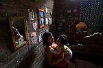 2015-03-04. UN ÁNGEL CON LAS ALAS PEGADAS. © Calamar2/Susana HIDALGO & Pedro ARMESTRE<br />  Evelyn, de 14 años, juega con su hermano Ángel César el día que regresa a casa tras la intervención médica. <br />  Ángel César Alonso, de 10 meses, nació por cesárea en Chiclayo (Perú) y los médicos le diagnosticaron síndrome de Apert, una enfermedad genética que afecta a la forma de la cabeza y que hace que el pequeño tenga los ojos abultados y padezca sindactilia (los dedos de las manos y de los pies pegados). El síndrome de Apert es una de las 7.000 enfermedades raras que existen en el mundo y su prevalencia oscila entre 1 y 6 casos por cada 100.000 nacimientos. La historia de este bebé es la historia de unos padres coraje, César Cruz y Edita Jiménez, que se desviven para que el pequeño pueda tener la mejor calidad de vida posible. César y Edita acudieron el pasado mes de marzo junto a su bebé al hospital San Juan de Dios, en Chiclayo, al reclamo de una campaña solidaria de intervenciones quirúrgicas organizadas por la Sociedad Española de Cirugía Plástica, Reparadora y Estética (Secpre) y la ONG Juan Ciudad. Los cirujanos españoles le operaron las manos para separar unos dedos de otros. La intervención duró aproximadamente una hora y media y el pequeño necesitó de curas posteriores.<br /> La operación fue el primer paso en la mejora de la salud de Ángel. Necesitará al menos otra más para separar los dedos de los pies. Sus padres son humildes y apenas tienen recursos.  César, el padre, trabaja levantando casas de adobe. Edita, la madre, vive para su hijo y le gustaría en un futuro retomar su profesión de enfermera. © Calamar2/Pedro ARMESTRE<br /> <br />  AN ANGEL WITH THE WINGS ATTACHED. © Calamar2/Susana HIDALGO & Pedro ARMESTRE<br /> <br /> Angel César Alonso was born in Chiclayo (Peru) and was diagnosed with Apert syndrome, a genetic disease that affects the shape of the head and makes him having eyes bulging and suffering syndactyly (the fingers and feet flat). Th