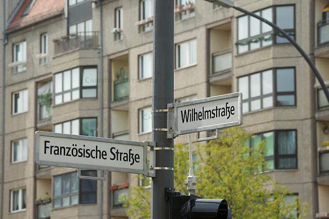 In Mitten des Regierungsviertels und zwischen Potsdamer Platz und Brandenburger Tor gelegen befinden sich die Wohnhaeuser der Wilhelmstrasse. Die Plattenbauten entstanden in der Wendezeit und sind guenstiger Wohnraum fuer mehrere tausend Menschen.<br />In der Regierungszeit von SPD-Linkspartei wurden die staedtischen Wohnungen an private Inverstoren verkauft und etliche Wohnungen wurden entmietet und zu Ferienwohnungen umfunktioniert. Nun sollen ganze Bloecke der Plattenbauten abgerissen werden, da mit dem Verkauf der Grundstuecke im Regierungsviertel sehr viel Geld zu verdienen ist.<br />24.4.2013, Berlin<br />Copyright: Christian-Ditsch.de<br />[Inhaltsveraendernde Manipulation des Fotos nur nach ausdruecklicher Genehmigung des Fotografen. Vereinbarungen ueber Abtretung von Persoenlichkeitsrechten/Model Release der abgebildeten Person/Personen liegen nicht vor. NO MODEL RELEASE! Don't publish without copyright Christian-Ditsch.de, Veroeffentlichung nur mit Fotografennennung, sowie gegen Honorar, MwSt. und Beleg. Konto:, I N G - D i B a, IBAN DE58500105175400192269, BIC INGDDEFFXXX, Kontakt: post@christian-ditsch.de<br />Urhebervermerk wird gemaess Paragraph 13 UHG verlangt.]