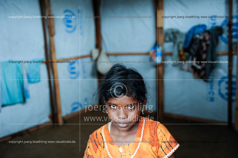 SRI LANKA, Trincomalee, tamil refugees are kept by the singhalese government fter the war against the LTTE Tamil Tigers in so called welfare camps in remoted jungle areas , the camps are under total control of Sri Lankan army / SRI LANKA Trincomalee, Tamilen werden nach dem Krieg der singhalesischen Armee und Regierung gegen die LTTE Tamil Tiger in sogenannten welfare camps in abgelegenen Dschungelgebieten interniert , umgesiedelt und als Menschen 2. Klasse behandelt, die camps sind durch Militaerposten und Armeelager umgeben , urspruengliche Tamilengebiete werden mit Singhalesen besiedelt