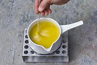 8. Schritt Nachtkerzen-Creme-selbermachen: die Zutaten Nachtkerzentee Nachtkerzenöl, Lanolin und Bienenwachs werden kalt gerührt. Nachtkerzen-Heilcreme, Nachtkerzencreme, Herstellung von Heilsalbe, Heilcreme, Kreme, Hautcreme, Creme, Salbe, Creme selbermachen aus Nachtkerzenöl, Nachtkerzentee, Lanolin und Bienenwachs, Cosmetics, cosmetics self-made, cream, crème, onguent, baume, pommade cicatrisante. Gewöhnliche Nachtkerze, Zweijährige Nachtkerze, Oenothera biennis, Common Evening Primrose, Evening-Primrose, Evening star, Sun drop, Onagre
