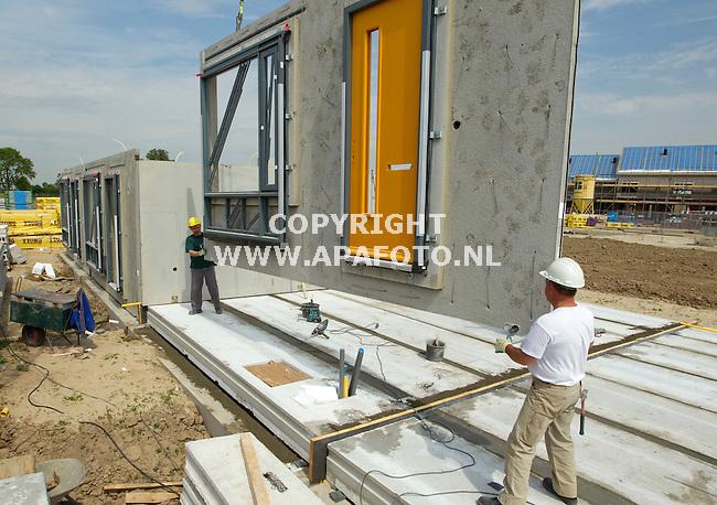 Doesburg 100511 Medwerkers van Verkerk Veluwezoom plaatsen complete geveldelen in woningbouwproject Beinum west<br /> <br /> Foto Frans Ypma APA-foto