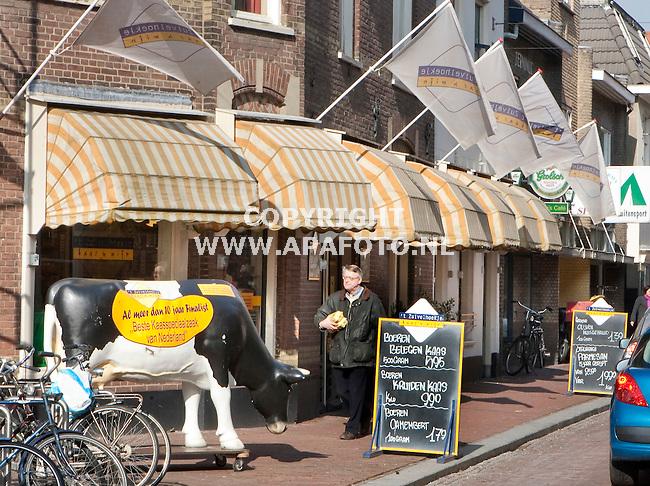 """Wageningen 020210 Peter Wissink in kaaswinkel """" 't Zuivelhoekje""""<br /> Foto Frans Ypma APA-foto"""
