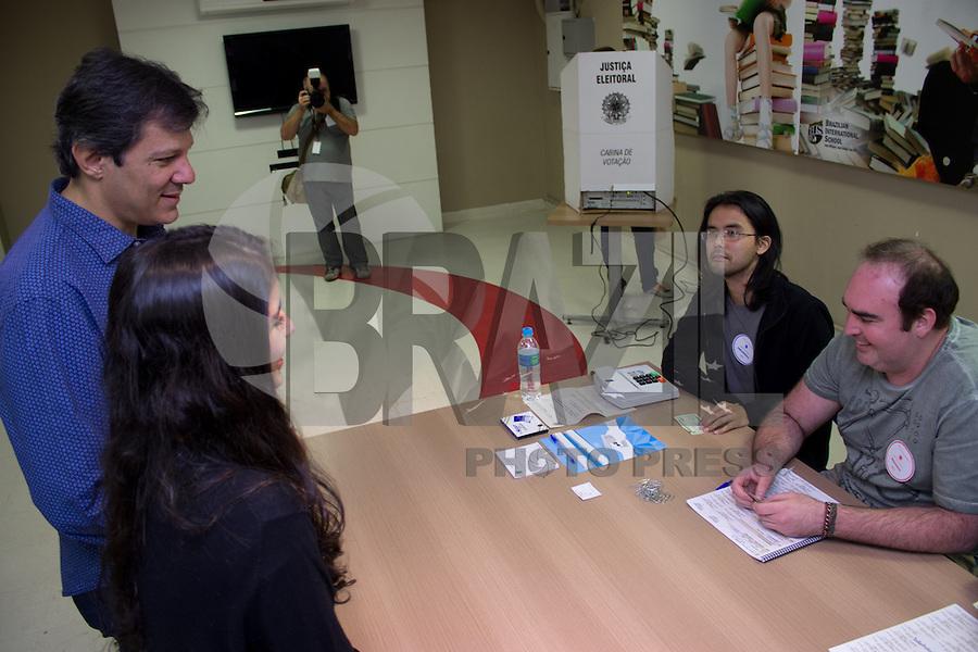 São Paulo, SP . 05.10.2014 - Eleições 2014 - Prefeito de São Paulo, Fernando Haddad vota na manhã desse domingo, (05) acompanhado de sua filha em um colégio no bairro de Moema, zona sul de São Paulo. (Renato Mendes / Brazil Photo Press)