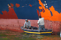 - two sailors paint the keel of one motor-ship ....- due marinai dipingono la chiglia di una motonave
