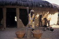 Afrique/Afrique de l'Ouest/Sénégal/Basse-Casamance/Enampore : Femme pilant le riz