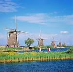 Netherlands, South Holland, Kinderdijk: Windmills | Niederlande, Suedholland, Kinderdijk: Windmuehlen am Kanal
