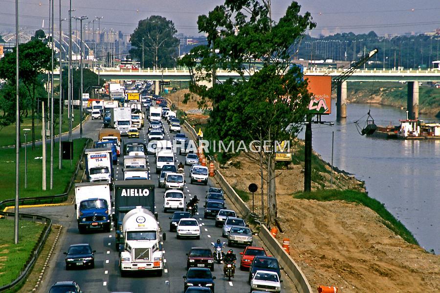 Trafego congestionado na Marginal Tietê. São Paulo. 2004. Foto de Juca Martins.