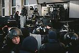 Bereitschaftspolizei schützt das MoldTelecom-Gebäude während einer Demonstration. Zehntausende demonstrieren gegen die neue Regierung in Chisinau, Republik Moldau. / <br />Riot police guarding the MoldTelecom building during a demonstration. Tens of thousands protest against the new government in Chisinau, Republic of Moldova.