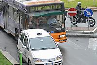 - Milan, taxi in illegal parking blocking the route of a bus....- Milano, taxi in sosta vietata blocca il percorso di un autobus