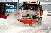 """Das Tief ,,Daisy"""" nähert sich Deutschland von Süden, schiebt sich langsam nach Norden vor. Am Freitagabend und in der Nacht sind die ersten Boten des Sturmtiefs in Leipzig angekommen - beständiger Schneefall mit heftigen Winden in der Nacht zum Samstag und im Verlauf des Sonnabends - auf dem Flughafen fielen Flüge aus und Bahnen fuhren nicht pünktlich bis gar nicht - auf den Straßen bestimmt Glätte das Bild, zuweilen blockieren Schneeverwehungen den Verkehr - im Bild: Winterdienst / Schneepflug / Räumfahrzeug / Räumschild / Feature / Urlaub / Wärme / Sehnsucht / Fernweh.  Foto: Norman Rembarz..Norman Rembarz , Autorennummer 41043728 , Holbeinstr. 14, 04229 Leipzig, Tel.: 01794887569, Hypovereinsbank: BLZ: 86020086, KN: 357889472, St.Nr.: 231/261/06432 - Jegliche kommerzielle Nutzung ist honorar- und mehrwertsteuerpflichtig! Persönlichkeitsrechte sind zu wahren. Es wird keine Haftung übernommen bei Verletzung von Rechten Dritter. Autoren-Nennung gem. §13 UrhGes. wird verlangt. Weitergabe an Dritte nur nach  vorheriger Absprache.."""