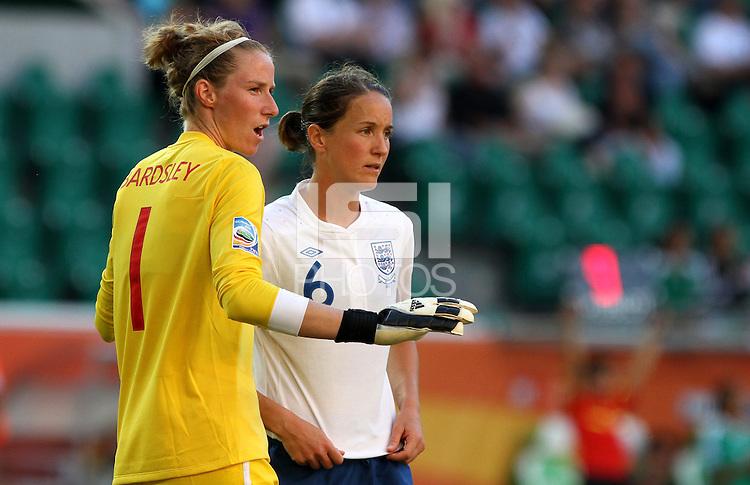 Wolfsburg , 270611 , FIFA / Frauen Weltmeisterschaft 2011 / Womens Worldcup 2011 , Gruppe B  ,  .England - Mexico .Torhüterin Karen Bradsley und Casey Stoney (beide England) im Gespräch .Foto:Karina Hessland .