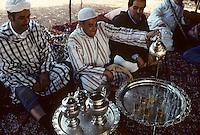 Afrique/Afrique du Nord/Maghreb/Maroc/Meknès : Fantasia de Meknès - Thé chez les Berbères<br /> <br /> PHOTO D'ARCHIVES // ARCHIVAL IMAGES<br /> MAROC  1980
