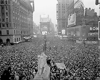 V-J Day in New York City.  Crowds gather in Times Square to celebrate the surrender of Japn, August 15, 1945.  Sgt. Reg. Kenny.  (Army)<br /> NARA FILE #:  111-SC-329414<br /> WAR & CONFLICT BOOK #:  1359
