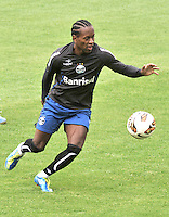 BOGOTA - COLOMBIA - 15-05-2013: Ze Roberto, jugador del Gremio durante entreno en el Estadio Nemesio Camacho El Campin en la ciudad de Bogota, mayo 15 de 2013. El gremio de Brasil se encuentra en Bogota para disputar partido de vuelta de la Copa Bridgestone Libertadores contra el Independiente Santa Fe, el proximo mayo 16 en el estadio Nemesio Camacho el Campin. (Foto: VizzorImage / Luis Ramirez / Staff). Ze Roberto, jugador of Gremio during a training in the Nemesio Camacho El Campin in the city of Bogota, May 15, 2013. Gremio of Brazil is in Bogota to play second leg of the Copa Bridgestone Libertadores against Independiente Santa Fe, next May 16 in the stadium Nemesio Camacho el Campin. (Photo: VizzorImage / Luis Ramirez / Staff)