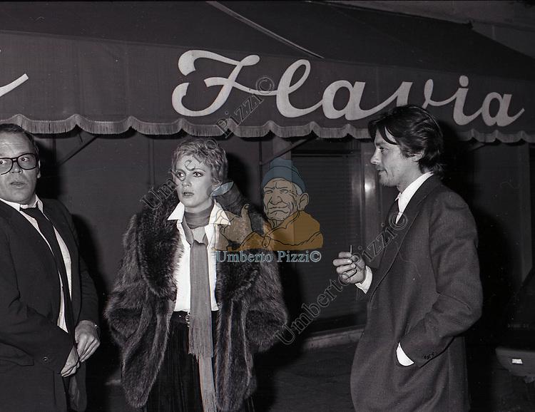 CARLA GRAVINA, RENATO SALVATORI E ALAIN DELON<br /> TAVERNA FLAVIA ROMA 1976
