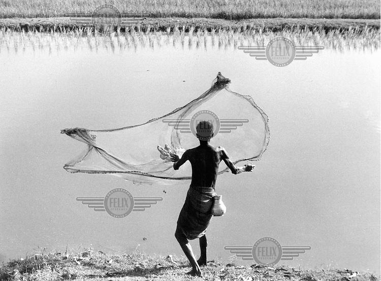 © Heldur Netocny / Panos Pictures..Rangunia, Chittagong Province, BANGLADESH..Fishing in an irrigation canal.