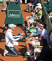 09-07-11, Tennis, South-Afrika, Potchefstroom, Daviscup South-Afrika vs Netherlands, Captain Jan Siemerink spreekt Robin Haase en Jesse Huta Galung toe, op de achtergrond ziten Rik de Voest en Kevin Anderson