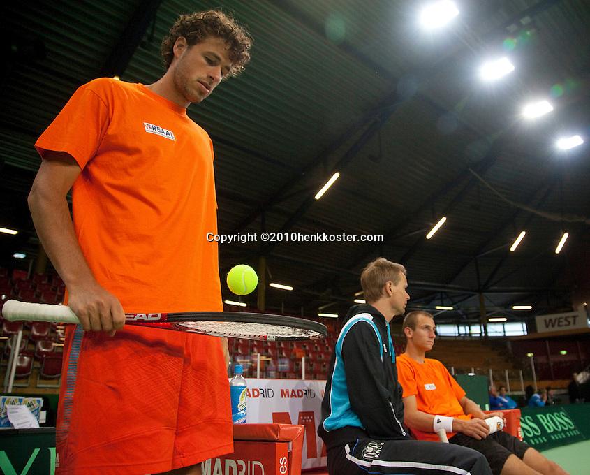 04-05-10, Zoetermeer, SilverDome, Tennis, Training Davis Cup, Robin Haase (L) staat klaar terwijl Captain Jan Siemerink in overleg is met kopman Thiemo de Bakker