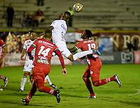 TUNJA - COLOMBIA -04-11-2016: Nicolas Carrero (Izq.) y Dany Rosero (Der.) jugadores de Patriotas FC, disputa el balón con Jhonier Viveros (Cent.) jugador de Once Caldas, durante partido entre Patriotas FC y Once Caldas, por la fecha 19 de la Liga de Aguila II 2016 en el estadio La Independencia en la ciudad de Tunja. / Nicolas Carrero (L) and Dany Rosero (R) players of Patriotas FC, figths the ball with Jhonier Viveros (C) player of Once Caldas, during a match between Patriotas FC and Once Caldas, for date 19 of the Liga de Aguila II 2016 at La Independencia stadium in Tunja city. Photo: VizzorImage  /  Cesar Melgarejo / Cont.