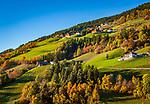 Italien, Suedtirol (Trentino-Alto Adige), Dolomiten,  im Villnoesstal: Bauernhaeuser in bunter Herbstlandschaft | Italy, South Tyrol (Trentino-Alto Adige), Val di Funes: farmhouses in autumn scenery