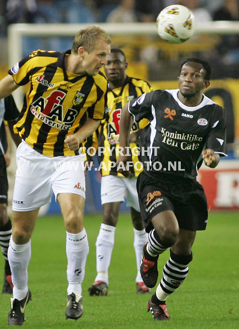 Arnhem, 291005<br /> Vitesse Heracles<br /> Duel van der Schaaf en Kwame Quansah<br /> Foto: Sjef Prins - APA Foto