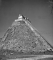 Die Adivino Pyramide in der antiken Stadt Uxmal, Mexiko 1970er Jahre. Pyramid of the Magician at the ancient city of Uxmal, Mexico 1970s.