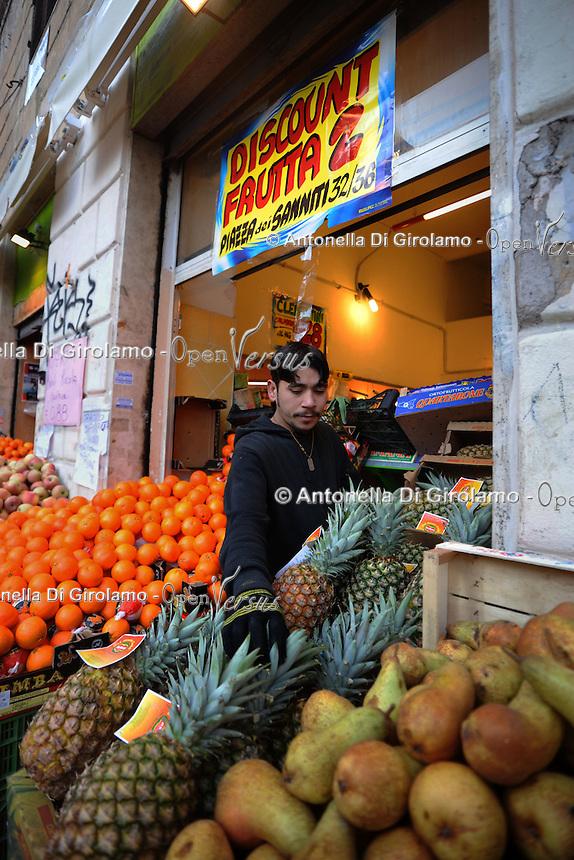 Discount di frutta e verdura gestito da immigrati egiziani. Discount of fruit and vegetables maintained by Egyptian immigrants.Amgad...