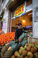 Discount di frutta e verdura gestito da immigrati egiziani. Discount of fruit and vegetables maintained by Egyptian immigrants.Amgad...