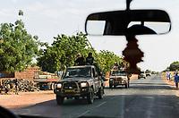 NIGER, 2000 armed soldier from Chad with  Toyota pickups on the way to Mali, they are part of ECOWAS mission in the Mali war to support french troops in the operation Serval 2012 against terrorist groups / NIGER, 2000 Soldaten mit mobilen Toyota Pickups der Interventionstruppe aus dem Tschad auf Durchreise auf der Strasse von Maradi nach Niamey nach Nordmali als Verstaerkung des ECOWAS Kontingent und der franzoesischen Armee in der Operation Serval 2012 im Kampf gegen Islamisten
