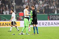 Manuel Neuer (D) und Simon Mignolet (BEL) tauschen die Trikots