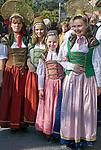 Italien, Suedtirol, Meran: Frauen in traditioneller Tracht waehrend des Traubenfestivals | Italy, South-Tyrol, Alto Adige, Merano: women in traditional costumes during wine festival