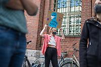 """Unter dem Motto """"Geld fuer Pflege statt fuer Autos! - Klimabewegung & Pflegekraefte fuer einen Corona-Krankenhaus-Pakt"""" protestierten am Freitag dem 29. Mai 2020 in Berlin vor der Senatsverwaltung fuer Gesundheit ca. 50 Menschen. Sie forderten, statt Milliardenbetraege an Corona-Hilfen an die Flug- und Autoindustrie zu geben, die Angestellten im Gesundheitsbereich und Krankenhaeusern zu unterstuetzen.<br /> Im Anschluss an die Kundgebung verhandelten Krankenhaussbeschaeftigte mit der Gesundheitssenatorin Kalayci ueber ihre Forderungen nach einem Corona-Krankenhaus-Pakt, der von mehr als 4.000 Berliner Beschaeftigten mit Unterschrieben wurde. Der Gesundheitspakt beinhaltet Forderungen wie die Wiedereingliederung der outgesourcten Beschaeftigten, eine verbindliche Personalbemessung, die Abschaffung der Fallpauschalen und ein besserer Gesundheitsschutz fuer die Mitarbeiter.<br /> 29.5.2020, Berlin<br /> Copyright: Christian-Ditsch.de<br /> [NUR FUER REDAKTIONELLE ZWECKE! Werbung nur auf Anfrage beim Fotografen. Inhaltsveraendernde Manipulation des Fotos nur nach ausdruecklicher Genehmigung des Fotografen. Vereinbarungen ueber Abtretung von Persoenlichkeitsrechten/Model Release der abgebildeten Person/Personen liegen nicht vor. NO MODEL RELEASE! Don't publish without copyright Christian-Ditsch.de, Veroeffentlichung nur mit Fotografennennung, sowie gegen Honorar, MwSt. und Beleg. Konto: I N G - D i B a, IBAN DE58500105175400192269, BIC INGDDEFFXXX, Kontakt: post@christian-ditsch.de<br /> Bei der Bearbeitung der Dateiinformationen darf die Urheberkennzeichnung in den EXIF- und  IPTC-Daten nicht entfernt werden, diese sind in digitalen Medien nach §95c UrhG rechtlich geschuetzt. Der Urhebervermerk wird gemaess §13 UrhG verlangt.]"""