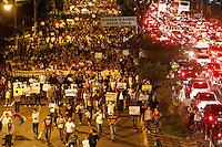 SÃO PAULO,SP,21 JUNHO 2013 - PROTESTO MELHORIA LINHA VERMELHA METRO - Manifestantes  fecham a Av. Radial Leste na altura do metro Belem zona leste em São Paulo, no final da tarde desta sexta- feira (21) eles pedem melhorias na linha vermelha do metrô que liga Corinthians Itaquera até a Palmeiras Barra Funda  .FOTO ALE VIANNA - BRAZIL PHOTO PRESS