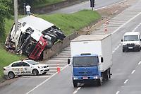 Campinas (SP), 06/03/2021 - Acidente-SP - Homem de 39 anos morreu após o caminhão, carregado com danones, tomar na altura do KM 128 da Rodovia D. Pedro I em Campinas, interior de São Paulo. Acidente ocorreu 21h45 de sexta-feira e o veículo ainda estava no local na manhã deste sábado (06).