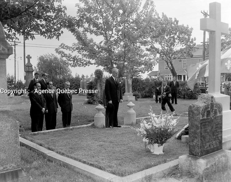 Antonio Barrette se recueille devant le monument funeraire ou repose Maurice Duplessis, a Trois-Rivieres,<br /> le 29 mai 1960.<br /> <br /> Photographe : Photo Moderne<br /> <br /> Photographe : Photo Moderne - Agence Quebec Presse